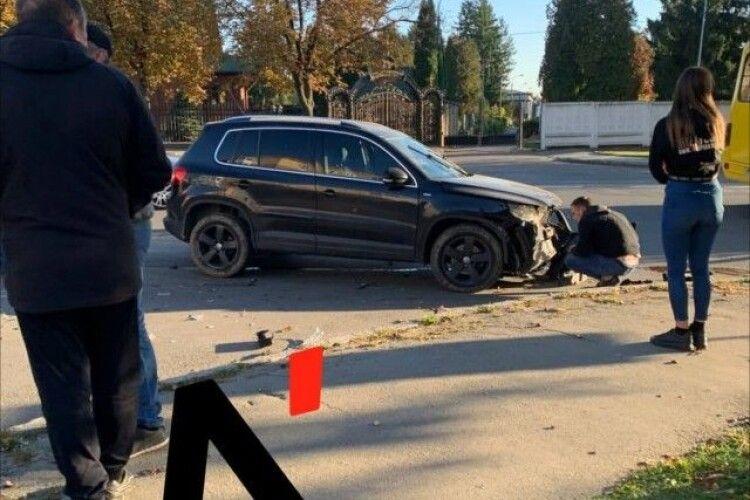 У Луцьку сталася аварія: біля кладовища зіткнулися «Опель» та «Фольксваген» (Відео)