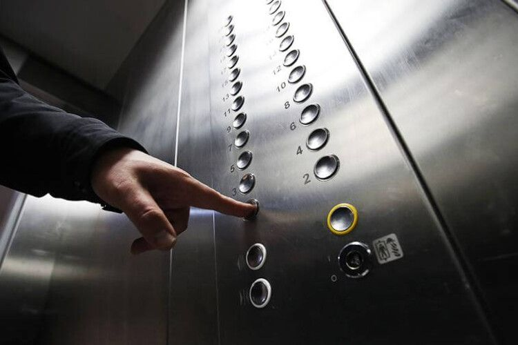 Простежив і слідом зайшов у ліфт: чоловік вчинив дії сесуального характеру щодо 9-річних дівчат