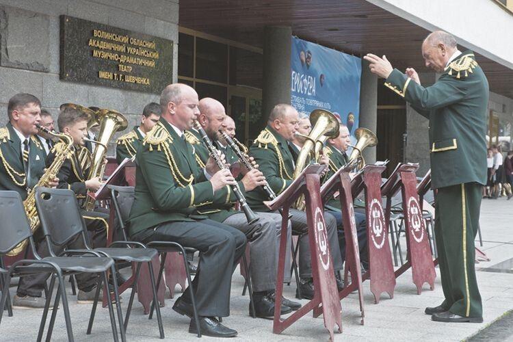 Маневицький духовий оркестр на чолі із нашим земляком підкорив серця