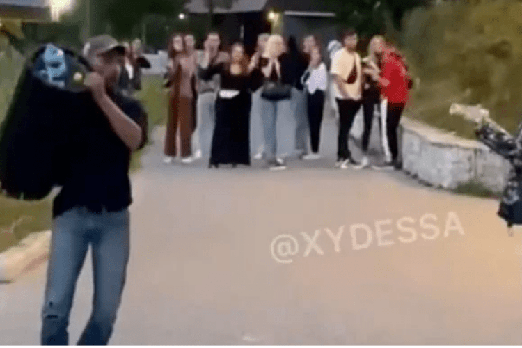Чоловік жбурнув у дівчину урну для сміття: момент потрапив на камеру (Відео)