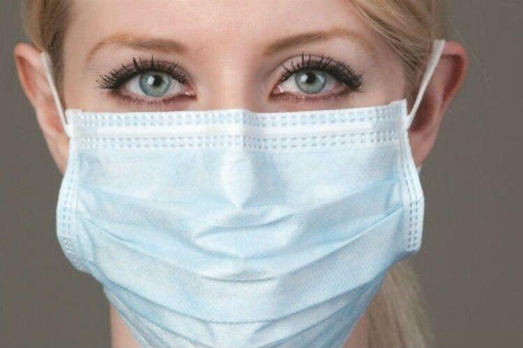 Лікар пояснив, чому важко дихати у захисній масці і що робити, аби було комфортніше