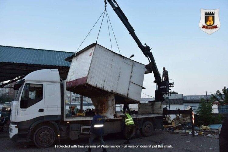 На автостанції у Луцьку демонтують 12 незаконних кіосків