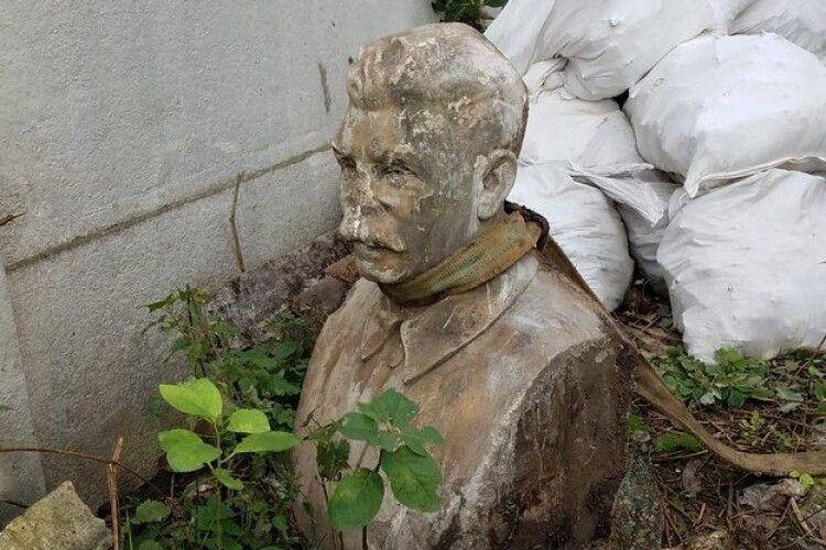 У центрі Рівного викопали погруддя Сталіна