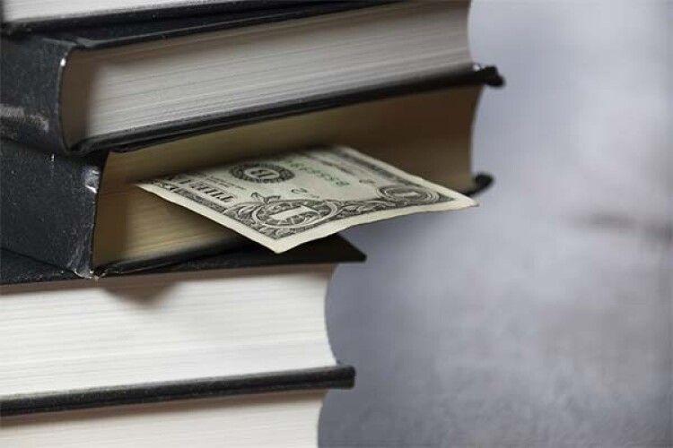 На Волині жінка знайшла у чужій книжці 8 тисяч гривень