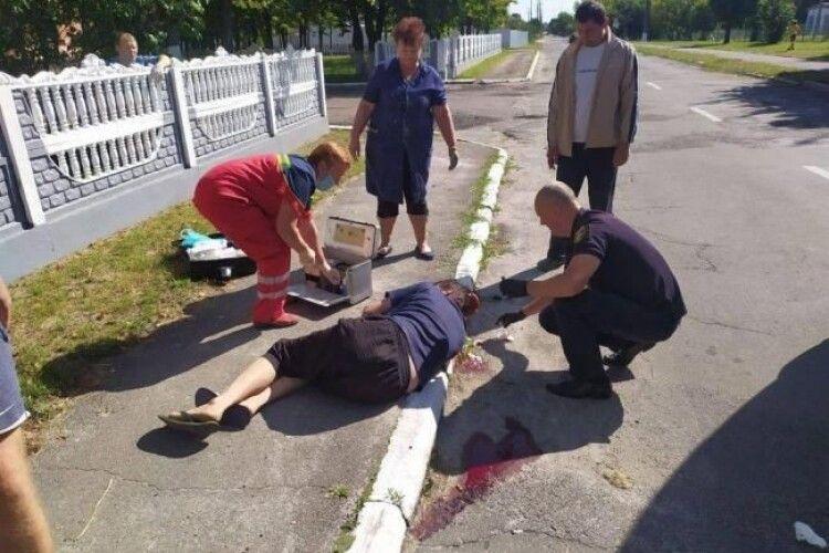 На Рівненщині небайдужі допомогли чоловіку, який серед вулиці раптово втратив свідомість і розбив голову