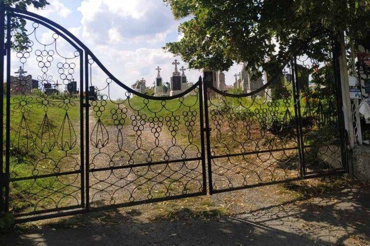 Із сільського кладовища біля Луцька вивезли 12 тонн непотребу (Фото)