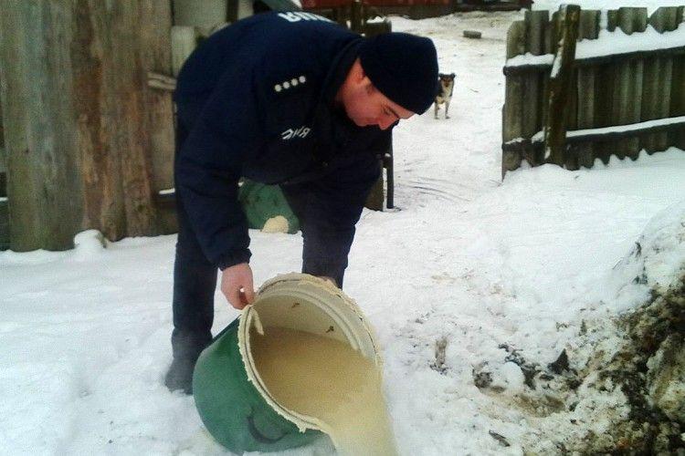Поліцейські вилили волинянину 40 літрів браги (Фото)