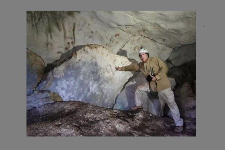 У давній печері знайшли відбитки рук дітей