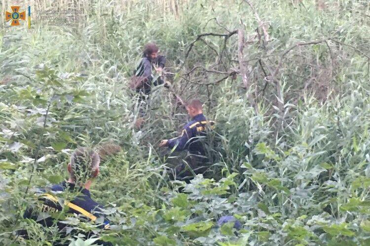 Бійці ДСНС врятували дядька, який загруз у болоті