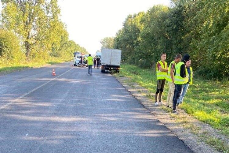 На Львівській трасі авто наїхало на дорожніх робітників під час ремонту: один з чоловіків загинув (фото)