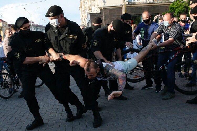 В Мінську затримали двох українських волонтерів