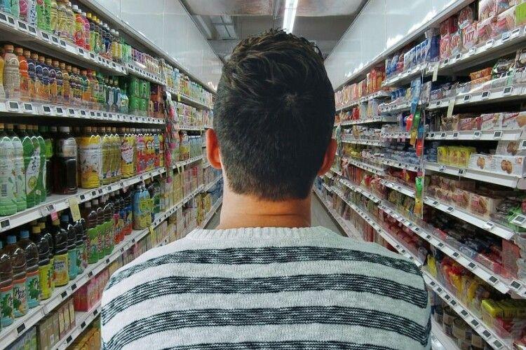 Охорона супермаркету побила покупця, бо той був без маски (Відео)