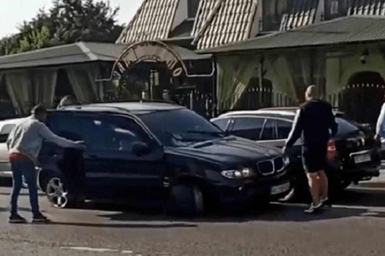 На Волині сталася ДТП: у BMW на швидкості відірвалося колесо, автівка протаранила ще дві машини (Відео)