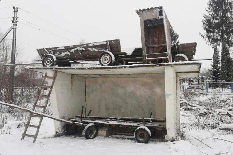 Колядники побешкетували: висунули на дах зупинки три вози і туалет (Фото, Відео)