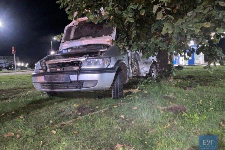 У місті на Волині автомобіль з'їхав з дороги і врізався в дерево (фото)