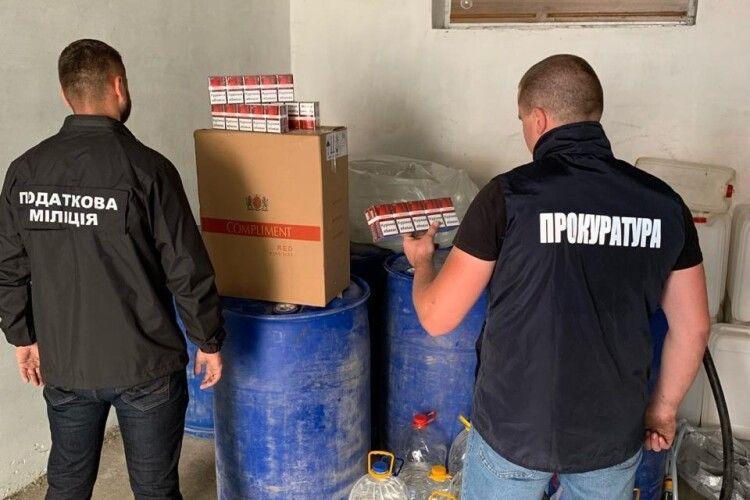 Слідчі Рівненщини знайшли в одній із сільських хат 2 тонни спирту й 500 пачок цигарок (Фото)