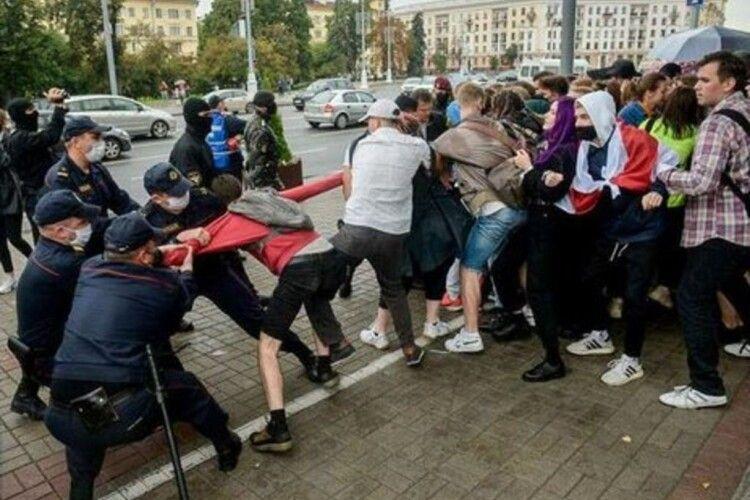 У центрі Мінська ОМОН розігнав студентську акцію протесту. Є затримані