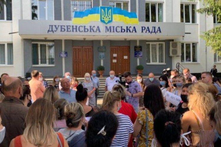 «Пустіть дітей до школи»: на Рівненщині батьки пікетували міськраду