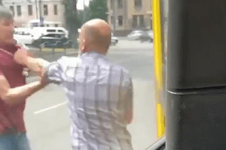 У центрі Луцька чоловік хотів побити водія маршрутки (Відео)