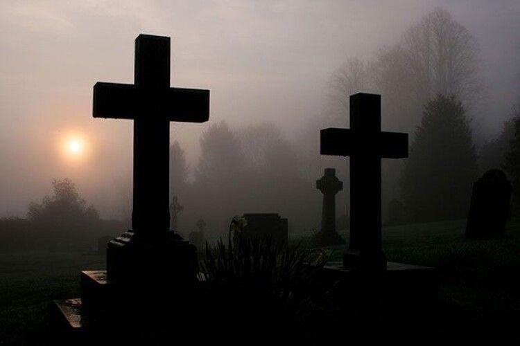 Волинська бувальщина: чоловік на цвинтарі побачив живу покійницю