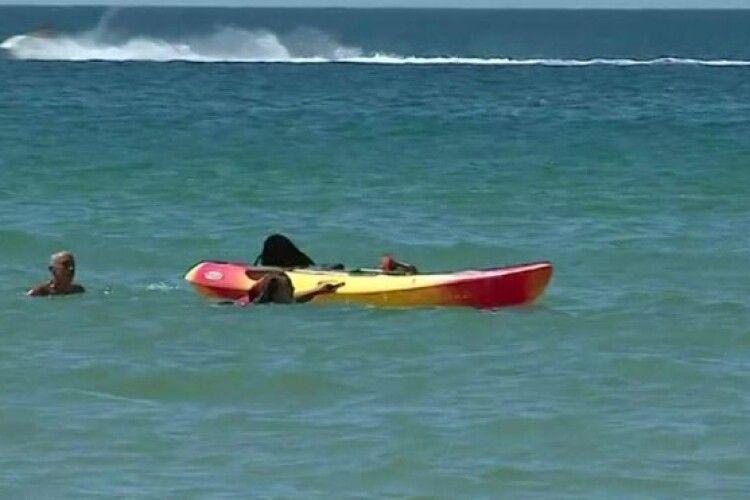 Президент допоміг витягнути з моря двох жінок