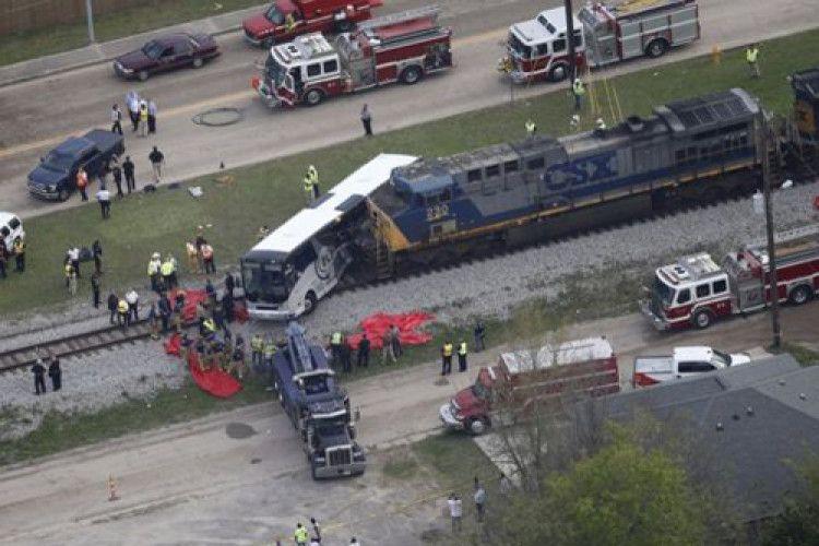 Жах: поїзд врізався в автобус, який застряг на колії (Фото)