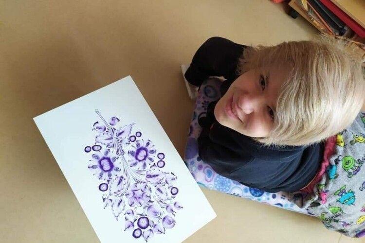 Наталка Ніколенко малює петриківський розпис... зубами