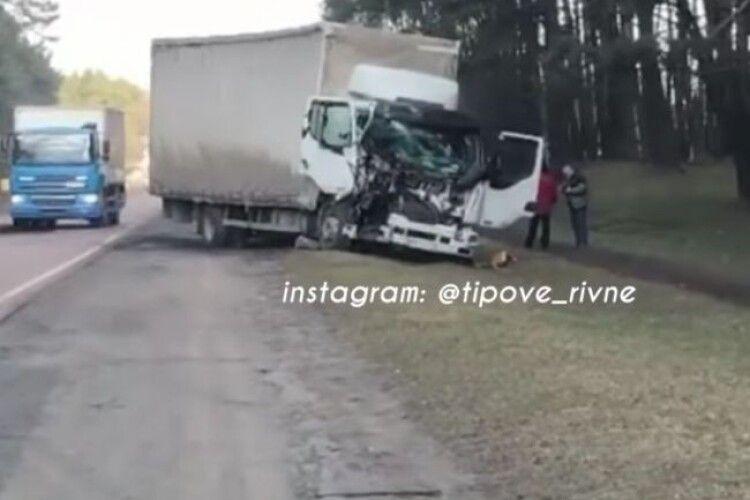 На Рівненщині вантажівка наїхала на саморобний трактор