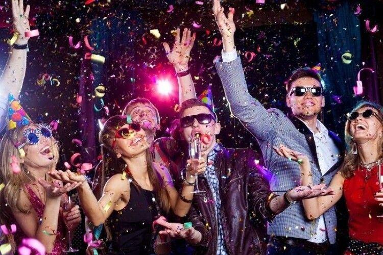 У Греції студентка з Іспанії одержала умовний строк і штраф 3000 євро за організовану під час локдауну вечірку