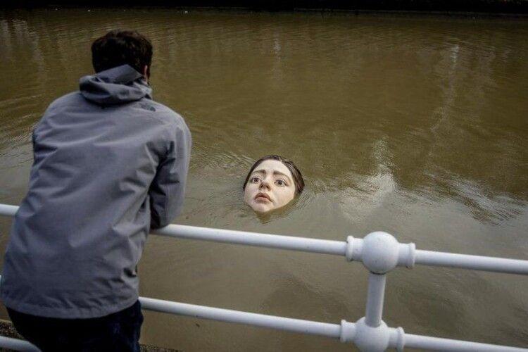 Налякали: скульптура дівчини, яка тоне, викликала ажіотаж в іспанському місті (Фото)