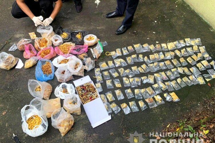 У Рівному поліцейські вилучили бурштину на понад мільйон гривень (Фото, відео)