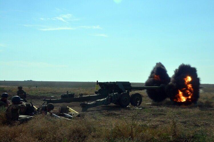 На Донбасі українські воїни стріляли із артилерії (Фто)