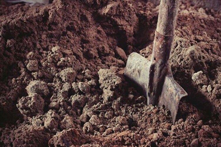Копав могилу односельчанину: чоловік помер у власноруч виритій ямі