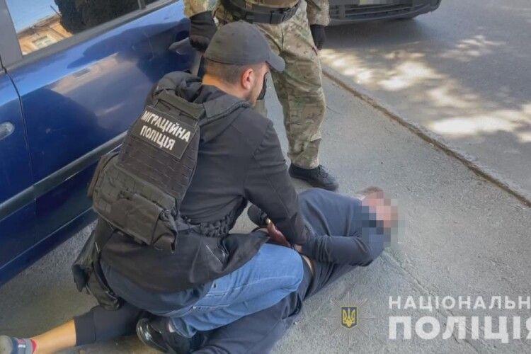 Злапали двох іноземців, які патрали автівки українських буржуїв (Відео, фото)