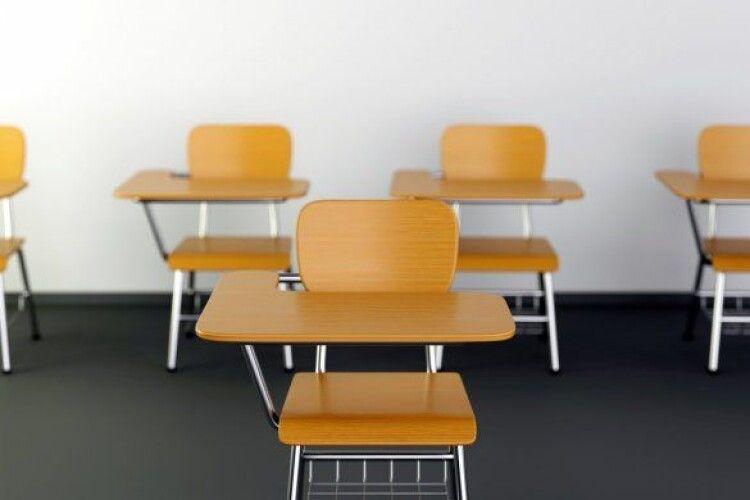 У підприємця вимагають повернути майже мільйон за непридатні шкільні парти