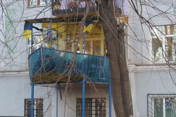 У Києві до балкона… добудували корабель (фото)
