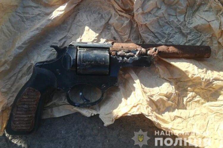Під Луцьком поліцейські вилучили у чоловіка револьвер, - ходив з ним по селу