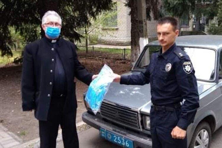 Священник ПЦУ за пожертви зібрані на Паску закупив маски для поліцейських та військових