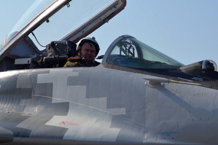 У небі над Луцьком пілоти відпрацьовують майстерність (Фото)