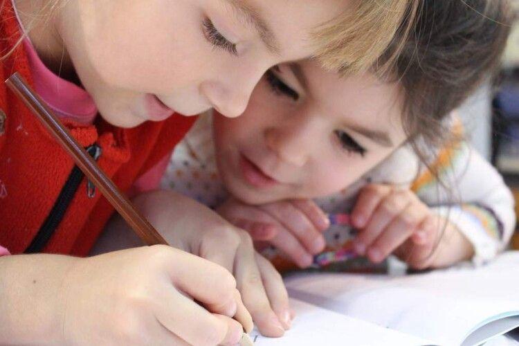 По дві тисячі на дитину: уряд схвалив виплати школярам до 1 вересня