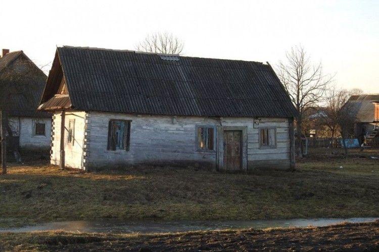 На Любешівщині діти тренуються в старенькій хатині