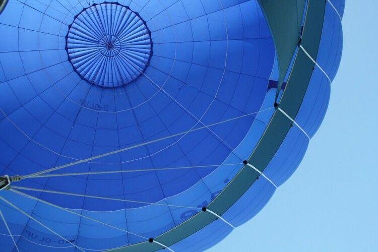 Куля летіла дуже низько: у Луцьку розпочався повітро-плавальний сезон (Фото)