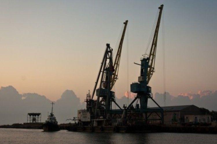 У Білгород-Дністровському порту вантажать ліс на російське судно