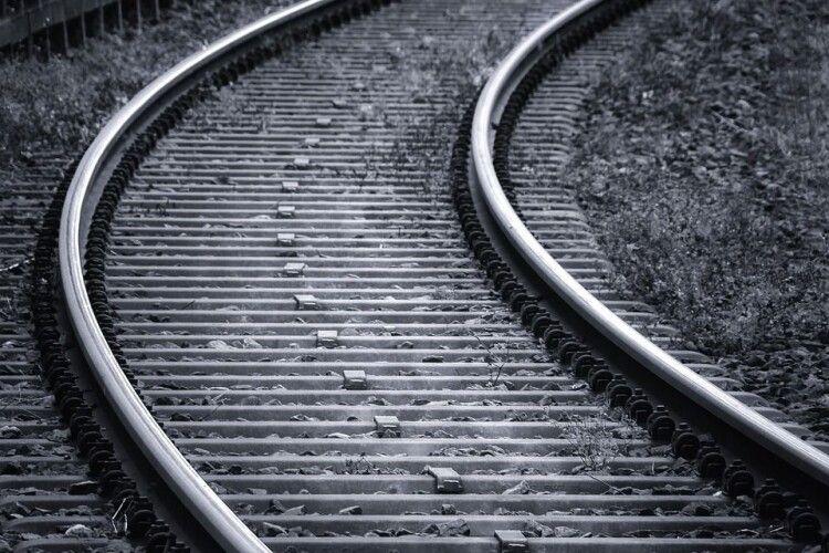 Йшов уздовж колії в навушниках: потяг збив 14-річного підлітка