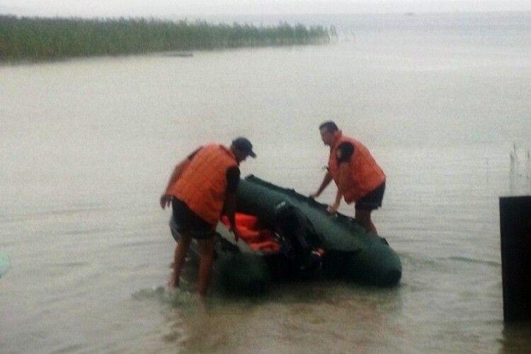 На Світязі врятували чотирьох людей на надувному матраці, які потрапили в шторм