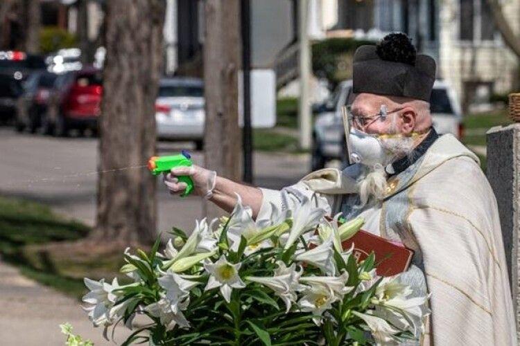 У США священник під час пандемії «розстрілює» парафіян із водяного пістолета, «зарядженого» святою водою (Фото)