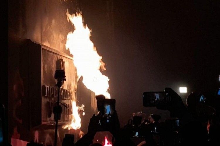 На підтримку Стерненка: у Києві активісти облили Офіс президента фарбою (Фото)