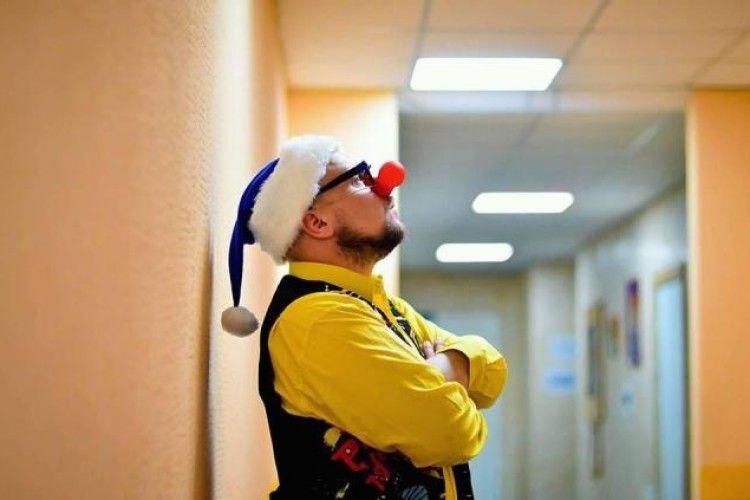 Лікарняний клоун, який дарує онкохворим діткам усмішки, потребує допомоги