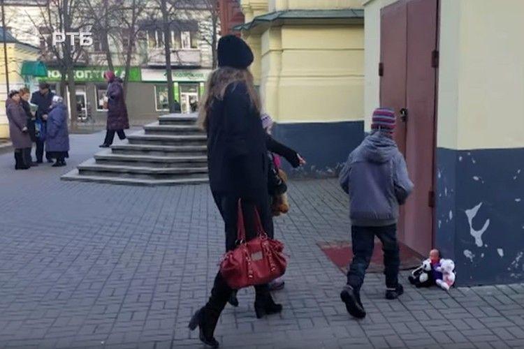 Рівняни принесли ляльки під двері церкви (відео)