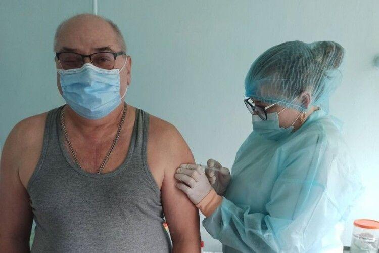 У Турійській громаді від COVID-19 вакцинувалися перших двадцять охочих медиків та освітян (Фото)
